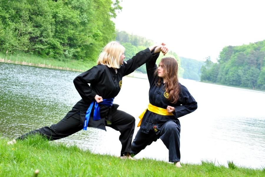 Angelique und Insa bei einer Partnerübung