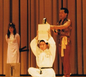 Großmeister Phạm ngọc Quân bei der Vorbereitung zum Bruchtest